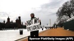 Участник акции протеста в Вашингтоне. 20 января 2017 года.