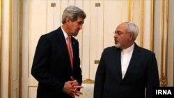 Sekretari amerikan i Shtetit, John Kerry, (majtas) dhe ministri i Jashtëm iranian, Mohammad Javad Zarif.