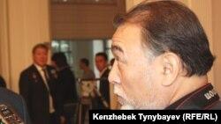 Азаттық тілшісі Қазис Тоғызбаев. Алматы, 27 қараша 2011 жыл.