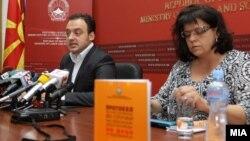 Министерот за труд и социјала Спиро Ристовски и шефот на Канцеларијата на СЗО во Скопје Марија Кишман.