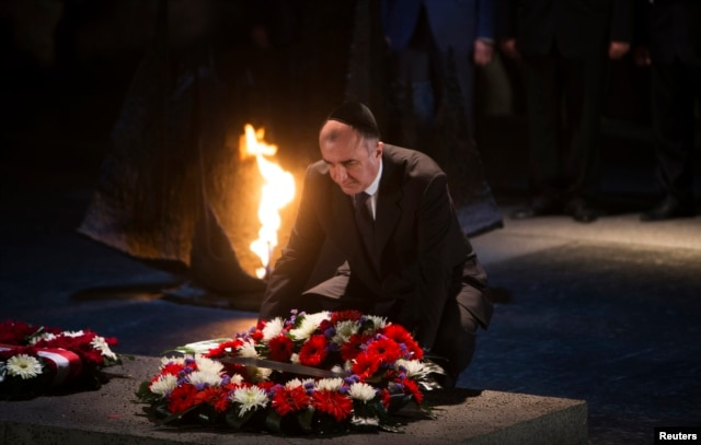 Azerbaijani Foreign Minister Elmar Mammadyarov lays a wreath during a ceremony in the Hall of Remembrance at the Yad Vashem Holocaust memorial in Jerusalem in 2013.