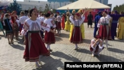 Қазақстан халқының бірлігі күні мерекелік шарада ұлттық киіммен жүрген адамдар. Астана, 1 мамыр 2016 жыл.