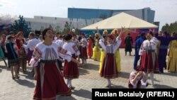 Одетые в национальные костюмы женщины на мероприятии по случаю Дня единства народа Казахстана. Астана, 1 мая 2016 года.