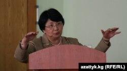 Президент Роза Отунбаева оштук аялдар менен жолугушууда сөз сүйлөөдө, 31-июль.