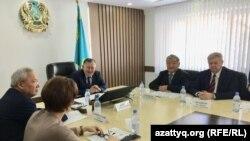 Председатель совета общественного согласия АНК Нур-Султана Амиржан Альпеисов (в центре) на заседании совета. 12 февраля, 2020 года.