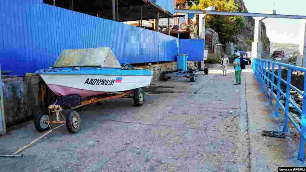 І місця для зберігання човнів