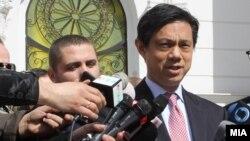 Hoyt Brian Yee duke folur para gazetarëve në Shkup në mars të këtij viti