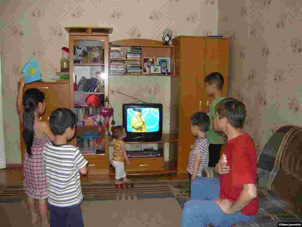 Олимпиада в Лондоне 2012 года стала большой радостью для каждой казахстанской семьи. Семья поет гимн у телевизора. Прислала Мадина Шадаева.