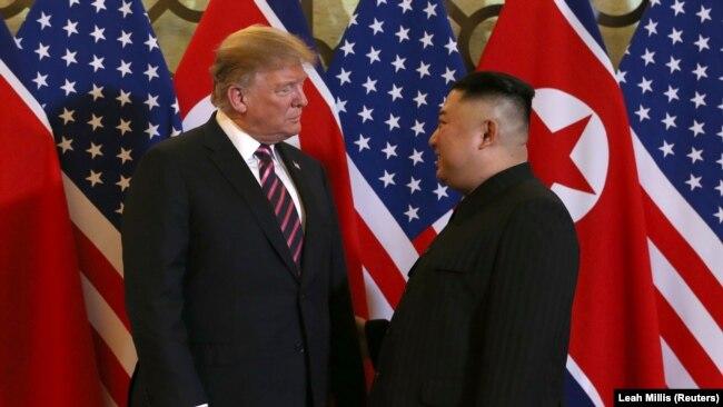 Trump i Kim tokom obraćanja medija u Hanoju