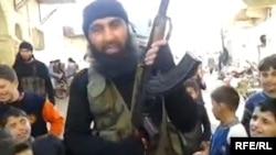 Сирияда ИМ сапында жүрген өзбек деп жарияланған сурет.