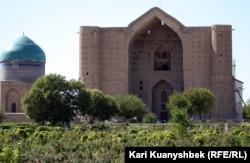 Қожа Ахмет Иасауи кесенесі. Түркістан қаласы, 21 тамыз 2012 жыл. (Көрнекі сурет)