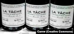 Вино Domaine de la Romanée-Conti 2005, 2006 и 2007 годов. Винтаж 2008 года найти гораздо труднее, одна бутылка стоит более десяти тысяч долларов. В проданной коллекции их было несколько.