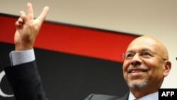 Посол Национального переходного совета в США на фоне флага ливийских повстанцев