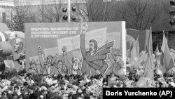 """Sovet İttifaqında keçirilən may nümayişində """"imperializmdən Əfqanıstan əl çəkməyi"""" tələb edən plakat (1 may 1980)"""