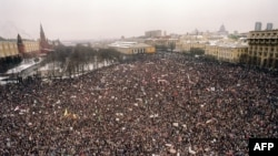 100 minədək nümayişçi Kremlə doğru yürüş edir, 20 yanvar, 1991-ci il