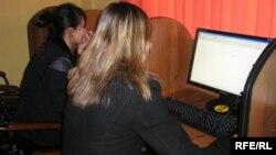 Девушки сидят за компьютерами в одном из алматинских интернет-кафе. Иллюстративное фото.