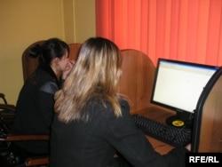 Интернет қарап отырған жастар. Алматы, 2009 жылдың наурызы. (Көрнекі сурет)