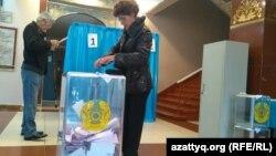 Парламент және мәслихат сайлауларына дауыс беріп жатқан адамдар. Алматы, 20 наурыз 2016 жыл.