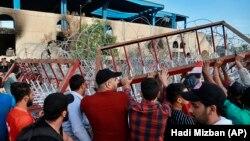 Участники антиправительственных протестов на въезде в Зеленую зону. Багдад, 25 октября 2019 года.