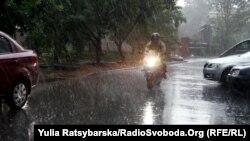 Гідрометцентр попереджає про грози та дощі в Україні
