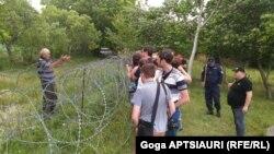 Группа молодых людей выразила протест против действий российских военных, передвинувших «пограничный» знак на несколько сотен метров вглубь территории, подконтрольной официальному Тбилиси