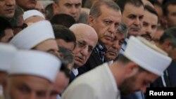 Реджеп Тайїп Ердоган серед імамів на похоронах жертв перевороту, Стамбул, 17 липня 2016 року
