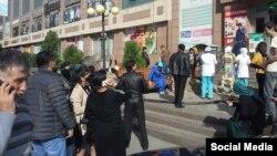 Тажикстан -- Жер титирөөдөн кийин көчөгө дүрбөп чыккандар. Дүйшөмбү, 26-октябрь, 2015.