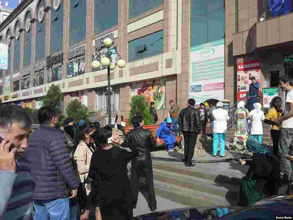 В Таджикистане подземные толчки ощущались в Душанбе и его окрестностях в течение нескольких минут, сообщает Таджикская редакция Азаттыка. По словам местных жителей, подобное землетрясение в стране произошло впервые за несколько лет.