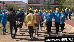 Школьники в футболках с надписями в поддержку Касым-Жомарта Токаева, действующего президента и кандидата в президенты Казахстана. Актобе, 16 мая 2019 года.