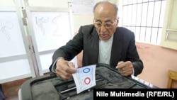 مواطن مصري يشارك في الإستفتاء على الدستور الجديد
