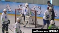 Игра в хоккей на ледовом катке в Ашгабате. Иллюстративное фото.