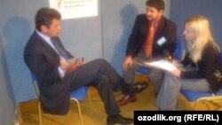 Борис Немцов Озодлик журналистлари билан 2005 йилда суҳбатлашаëтган пайти.