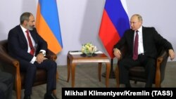 Нікол Пашинян і Володимир Путін на зустрічі в Сочі, Росія, 14 травня 2018 року