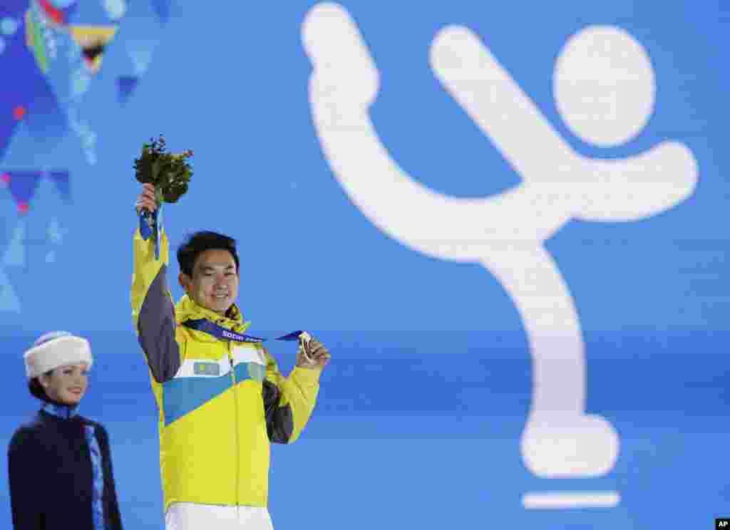 Денис Тен на церемонии награждения призеров сочинской Олимпиады. 15 февраля 2014 года.