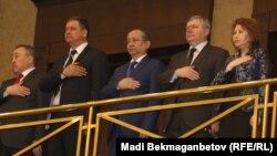 Депутаты мажилиса парламента шестого созыва во время исполнения государственного гимна. Астана, 25 марта 2016 года.