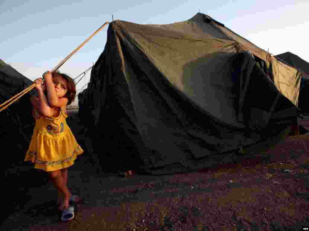 Девочка из Гори в лагере для беженцев в Тбилиси, 15 августа 2008 года.