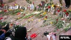 برخی از خانواده های اعدام شدگان تابستان سال ۱۳۶۷ بر سر مزار قربانیان در گورستان خاوران تهران.