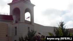 Російський прапор на Українській гімназії в Сімферополі