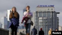 """Прохожие проходят мимо офиса компании """"Трансаэро"""" в Москве. 3 ноября 2015 года."""