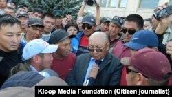 Облус башчысы Эмилбек Каптагаев митингчилердин курчоосунда. (Кундуз Сырдыбаеванын сүрөтү - Kloop Media Foundation)