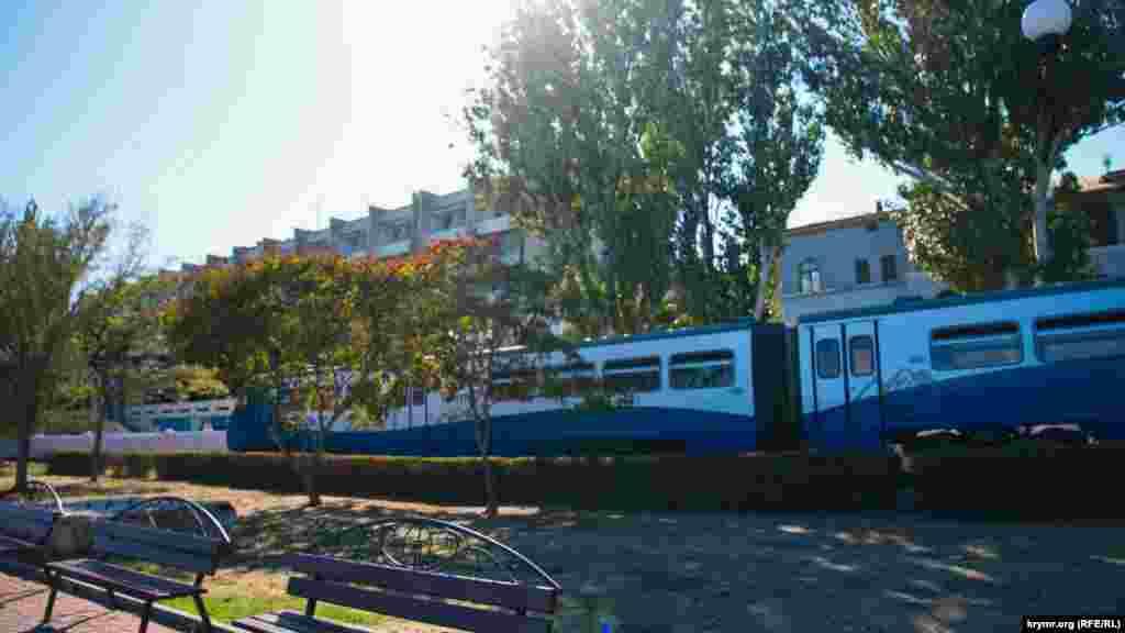 Новий приміський поїзд щойно відійшов від Феодосійського вокзалу