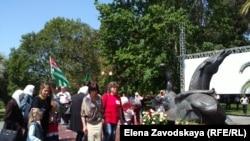 В Сухуме утром на набережной в парке Махаджиров люди возложили цветы к памятнику махаджирам, здесь прошел митинг памяти