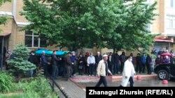 Собравшиеся на погребальную молитву по активисту Серику Оразову. Актобе, 17 мая 2020 года.
