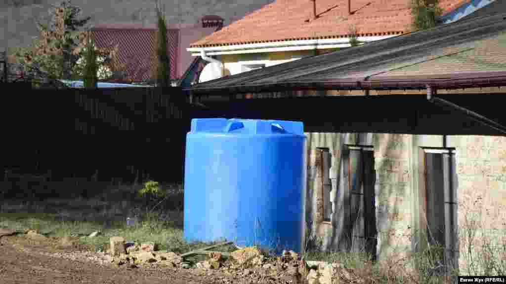 Пластикова ємність для води в одному з дворів Резервного, 4 грудня 2020 року
