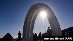La monumentul în memoria victimelor civile kosovare ucise de serbi la Racak, 15 ianuarie, 2019