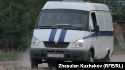 Спецмашина продолжает доставку неустановленных лиц из тюрьмы ЕЦ-166/25. Гранитный, Акмолинская область, 12 августа 2010 года.