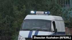 Арнайы көлік ЕЦ-166/25 түрмесінен тұтқындарды әкетіп барады. Гранитный, Ақмола облысы, 12 тамыз 2010 жыл.