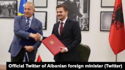 Nënshkrimi i marrëveshjes mes ministrave të Jashtëm, Behxhet Pacolli dhe Gent Cakaj