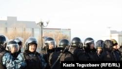Полицейские, в пластиковых касках и бронежилетах, вооруженные резиновыми дубинками, на центральной площади города. Актау, 18 декабря 2011 года.