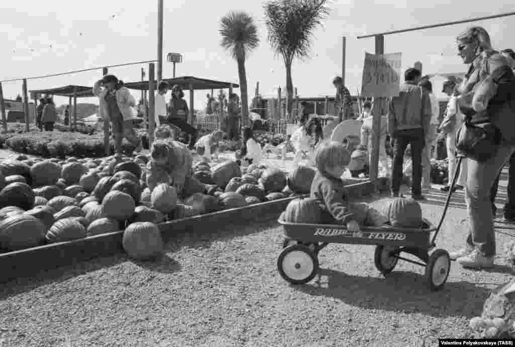 "A pumpkin fair in 1988. The photo was captioned ""US agro-industrial complex."""